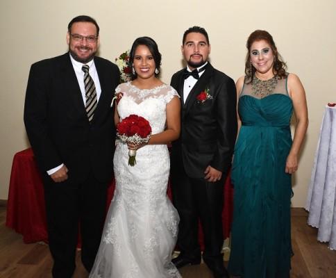 Los recién casados, acompañados de sus padrinos de bodas, Iván Torres y Marielena Panting