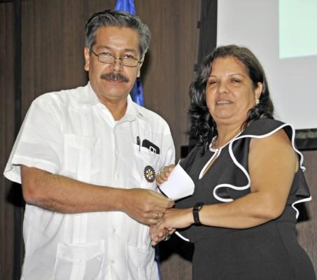 Luis Canales entrega el primer lugar a la docente Idania Alvarado.