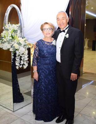 María Esperanza y Gustavo Torres, padres del novio.
