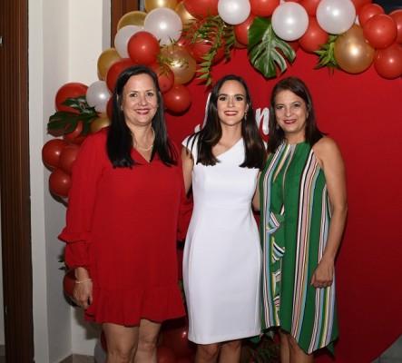 Mirna Meermann con su hija, Mirna Pelucchi Meermann y su futura suegra, Debby García de Reyes