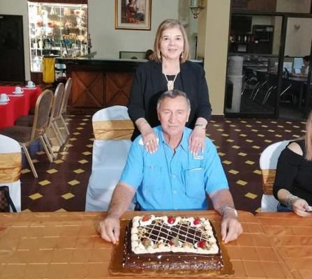 Muy felicitado estuvo el Ing. Roldan Suazo Nuila por su esposa María Antonia, sus hijos Roldan y Alexa, familiares y amistades