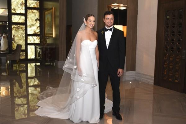 Rebecca y Constantino despuntaron absoluta elegancia en su gran noche de bodas