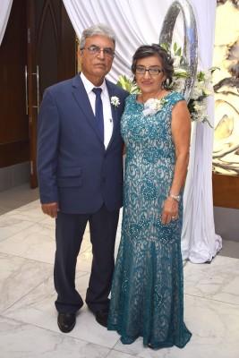Roberto y Mary Méndez, padres de la novia.