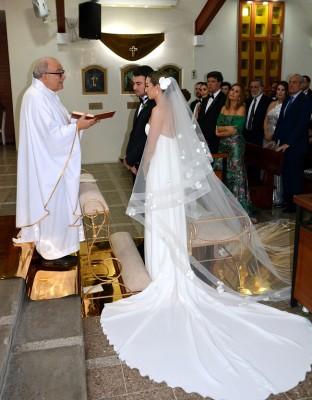 Una imagen que captura el esplendor de la novio en su fabuloso vestido...todo, en un instante momerable...