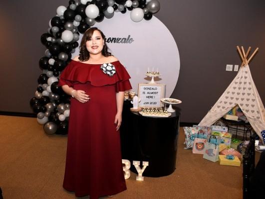 Valeria Valle de Chinchilla en su baby shower de inspiración tribal.