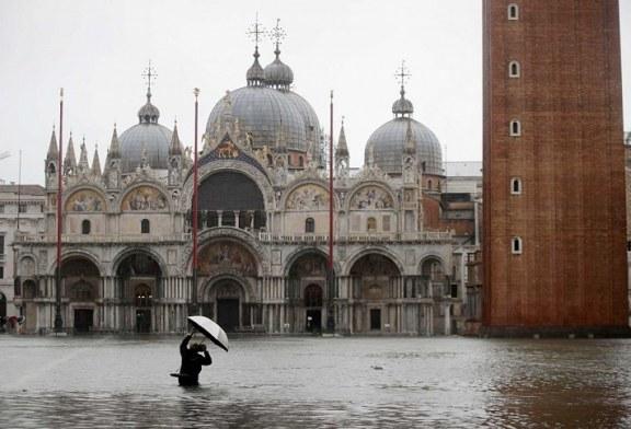 Venecia se 'ahoga' con insólita marea alta que causó severos daños