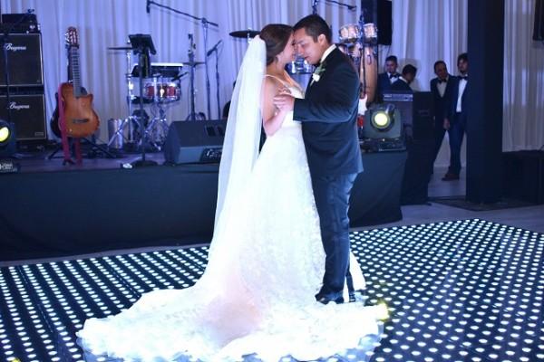 William y Gabriela durante su primer baile como esposos.