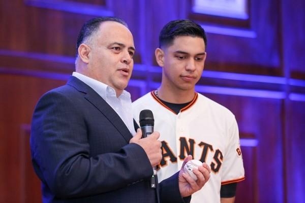 El beisbolista de grandes ligas Mauricio Dubón recibe reconocimiento como sampedrano distinguido