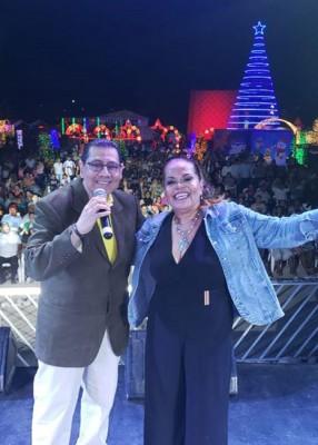 Carlos Peraza Cañas y Oneyda deAmerica durante su presentación en la Villa Navideña