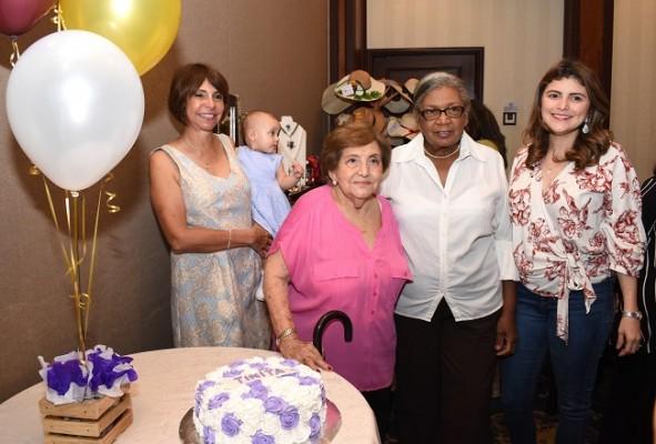 Celebrando el cumpleaños de doña Tinitina de Mena