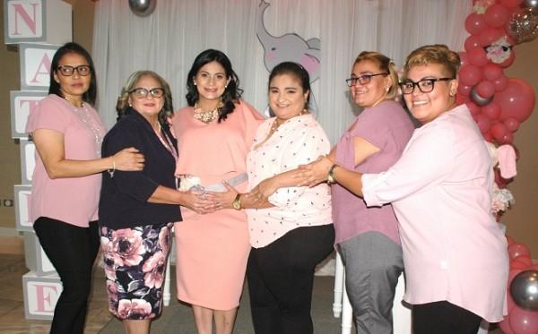 Con las oferentes del baby shower: Enma Galéas, Cristina de Murcia, Greysi Murcia, Durky Murcia, Evelyn Murcia y Lucy Escalante.