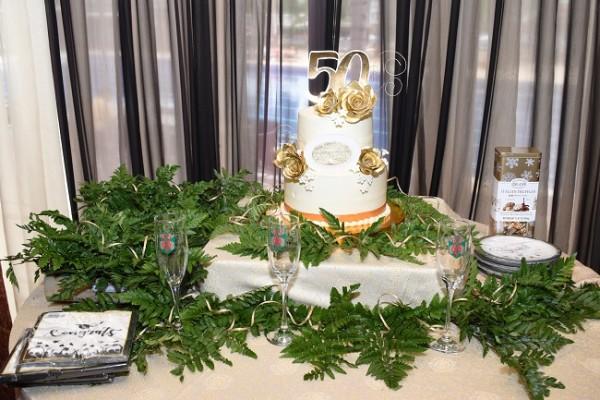"""Las """"vicentinas"""" mandaron a elaborar una copa personalizada para cada una de ellas; además disfrutaron del exquisito pastel de celebración en su 50 aniversario de graduación como maestras y secretarias comerciales."""