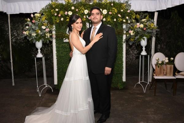 Los novios lucieron impecables en su gran noche de bodas. Ella, enfundada en un modelo exclusivo muy minimalista, diseñado en tul, y él, como todo un galán en un clásico traje de tonalidad oscura.