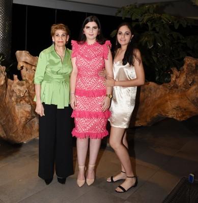 Doña Nelly Segebre con sus nietas, Thiara y Ángela Sofía Segebre