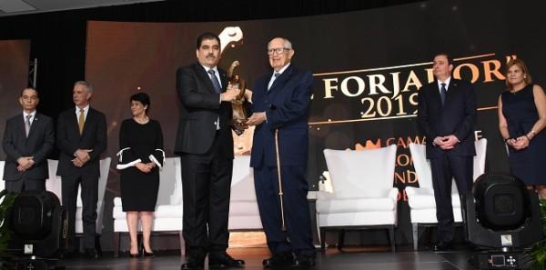 El Presidente de la CCIC, Jorge Faraj y El Forjador 2019, el centenario don Jorge Bueso Arias