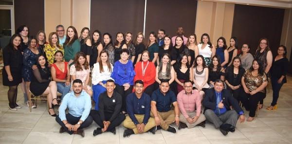 El cuerpo docente y académico de Academia Americana en una imagen del recuerdo para Farah La Revista.