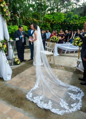 El pastor José Luis Ordóñez los declaró unidos en matrimonio ¡el amor entre Edax y su bella Pia es más que evidente! Felicidades a los tortolitos.