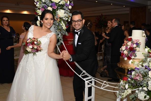 Frank y Cecilia son una pareja excepcional que compartió con sus selectos invitados el pastel de bodas elaborado por la madre de la novia.