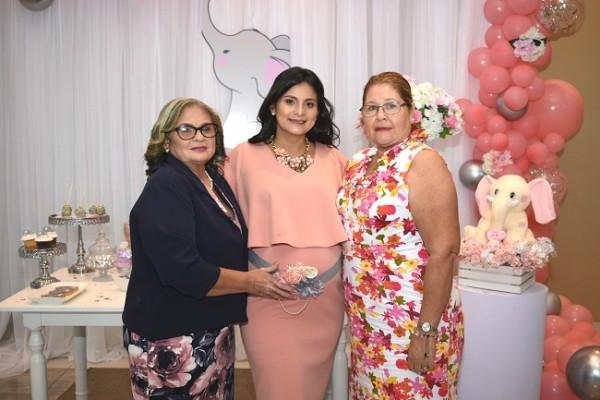La abuela materna, Cristina de Murcia junto a Greisy Murcia de Hernández y la abuela paterna, Irma de