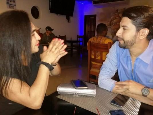 La directora Nacional del Teen Universe Honduras, Zoe Valentina Zavala, más conocida como Doña Tinita conversa con el diseñador Copaneco Dennys Díaz antes de la gala de presentación en el restaurante Tony's Mar...