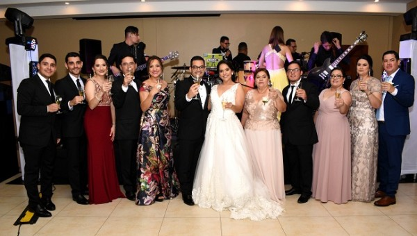 Las familias Sobalvarro-Bravo y Amaya-Yaeggy, alzaron sus copas para brindar por la felicidad de Frank y Cecilia.