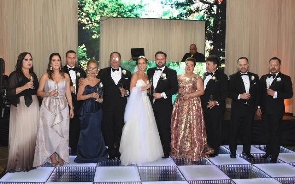 Las familias Zúniga y Holliday brindaron por la unión matrimonial y eterno amor de los esposos.