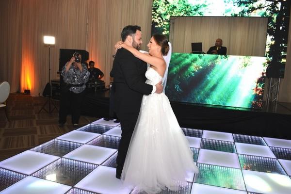 Los esposos se mostraron muy felices al compartir su primer vals de matrimonio
