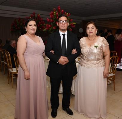 Los hermanos del novio, Karelia Cristina y Luis Fernando Sobalvarro y su madre, Maritza Bravo vda. de Sobalvarro.