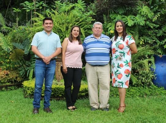 Los maestros que compartieron con los jóvenes en su desayuno, Nelson Bonilla, Susel Donis, Gustavo López y Karla Rodríguez