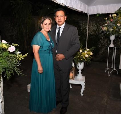 Los padres de la novia, José Alfredo Paredes y Reina García