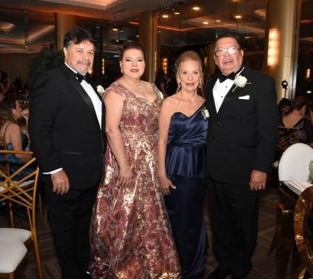 Los padres del novio, Juan de Dios y Leticia Zuniga, junto a los padres de la novia, Alba Esthela Pascua y José Holliday