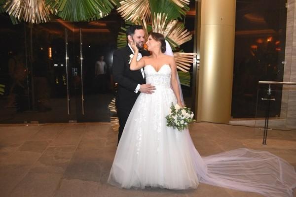 María Fernanda lució encantadora al enfundarse en su vestido diseño original de Rosa Clará...Juan Carlos ¡como todo un caballero!