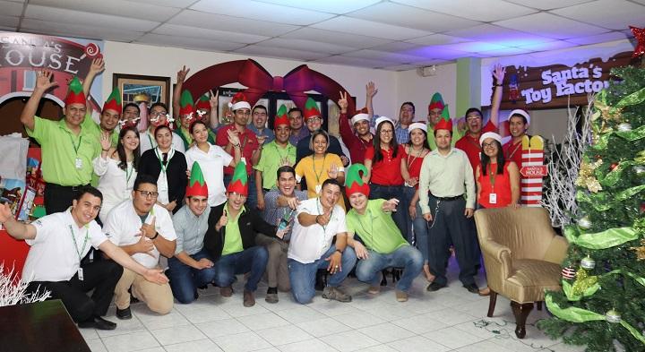 El espíritu navideño invade las oficinas de Supermercados La Colonia