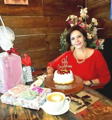 Muy festejada la abogada Cristina Mejía en su natalicio
