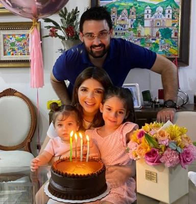 Muy festejada por su natalicio la bella Claudia Colindres-Pineda, su esposo Carlos alberto Pineda Mahchi, sus lindas hijas y su madre Carolina Cueva la colmaron de atenciones.
