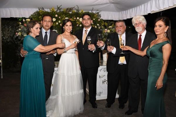 Selectos invitados y los padres de los novios, brindaron por su feliz unión matrimonial