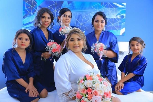 Abigail Canales con su cortejo de damas en la antesala de su noche de bodas.