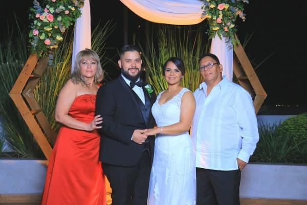 Andrea Sabillón y Nelson Valladares junto a sus padres, Iris García y Nelsón Valladares.