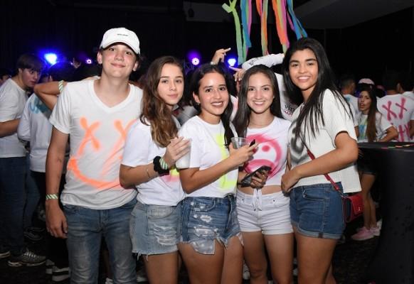 Chicos y chicas de las escuelas bilingues de la city disfrutaron al 100 de la Neon Party XX de la EIS