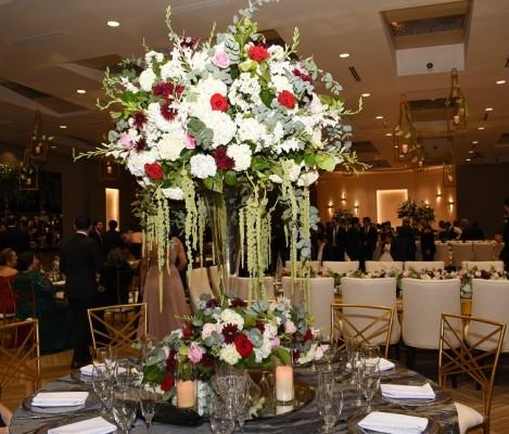 Con un diseño floral que realzó tonalidades en blanco, rojo y rosa, las hortensias, lirios y verdes follajes parecían coprotagonizar el estupendo montaje decorativo