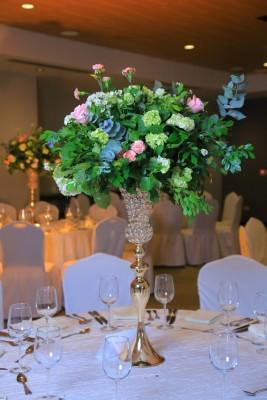 Flores naturales en hermosos diseños engalanaron el enlace de esta hermosa pareja.