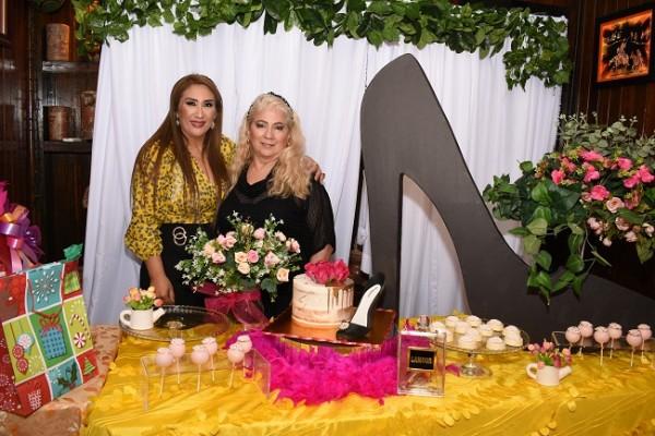 Dina Toditos de Morales y Pilar Cole, quien planeó, organizó y decoró la celebración en honor a Dina.