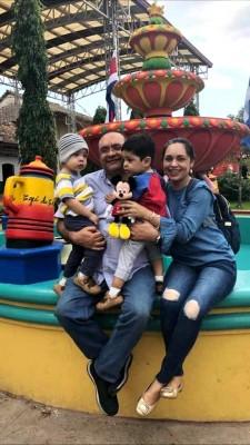 El Dr. Cándido Ulises Mejía haciendo turismo nacional en Colinas, Santa Bárbara, con su esposa y sus gemelos