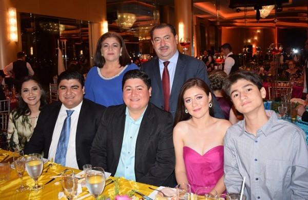 El alcalde de Puerto Cortes, Allan Ramos junto a su familia.