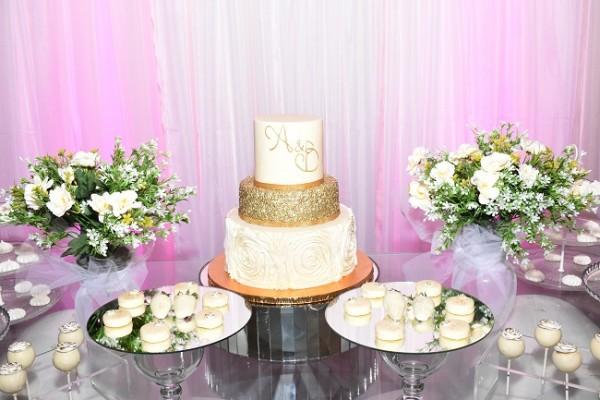 El refinado pastel de bodas que los novios compartieron con sus selectas amistades.