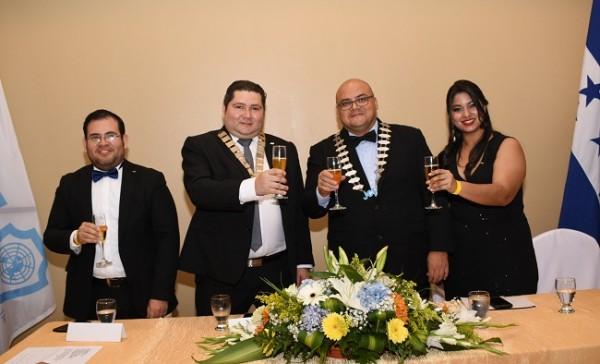 En la mesa principal, Lester Herrera, Mario Padilla, Luis Buendía y Jackeline López