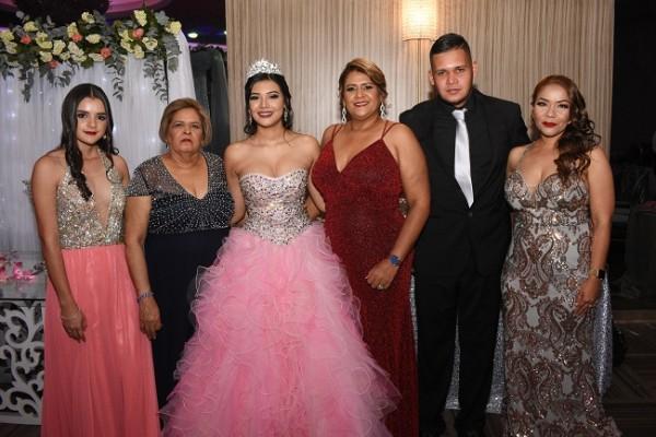 Flor Deliz Reyes, Silvia Andino, Minelly Abril Medina Andino, Waleska Reyes, Jean Carlos Reyes y Jenny Díaz