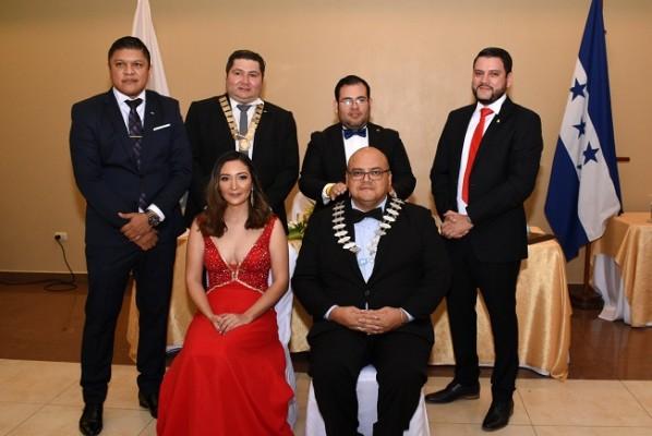 Gabriel Martínez, Mario Padilla, Lester Herrera, Ricardo Paredes, Laura Fajardo y Luis Buendía, al concluir el traspaso oficial de collar que involucra el nombre de todos los presidentes pasados de JCI San Pedro, como símbolo del legado Junior.