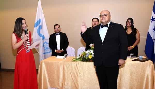 Instante en el que la Past President de JCI San Pedro, juramenta al Jr. Luis Buendía como presidente 2020.