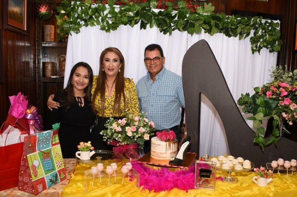 Karla Lara, Dina Toditos de Morales y Carlos Lara